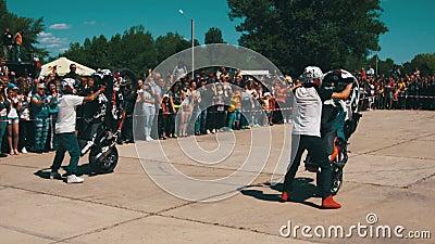 Wyczynu kaskaderskiego Moto przedstawienie Krańcowy Motorsports Rowerzysty przedstawienie i parada