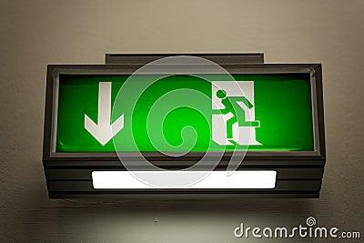 Wyjście znak na ścianie