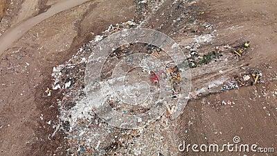 Wypełnianie ziemi w trakcie zbierania śmieci zbiory