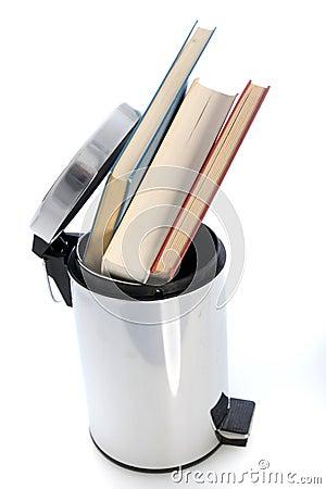 Wypełniający z książkami jałowy papierowy kosz