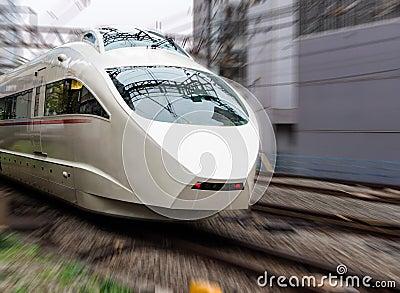 Wysoki prędkość pociąg