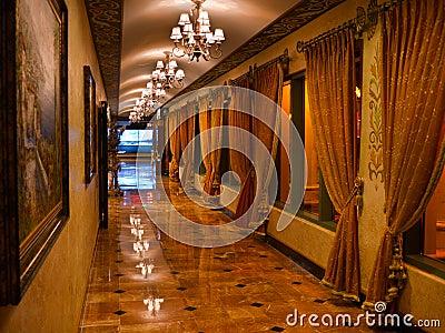 Wystawny korytarz z marmurową podłoga i zasłonami