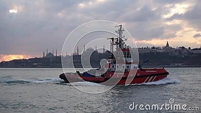 Wysyła obchodzić się i podpala łódkowatego Kurtarma w Bosporus morze 3 żagla w pełnej prędkości zbiory wideo