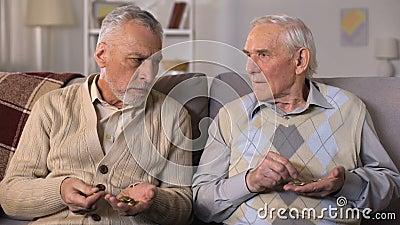 Wzburzeni starszy bracia liczy monety, brak pieniądze, niskie ogólnospołeczne zapłaty zbiory wideo