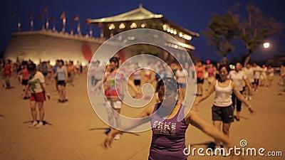 Xi ', China - 13 de julho de 2016 os povos cantam e dançam na noite Plaza do lugar de Daming video estoque