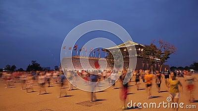 Xi ?, China - 13 de julho de 2016 os povos cantam e dan?am na noite Plaza do lugar de Daming filme