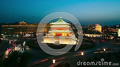 XI'AN, Cina - 12 aprile 2013: Lasso di tempo del campanile di Xi'an, giorno alla notte stock footage