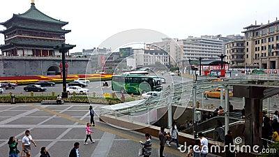 XI'AN, CINA - 21 aprile 2019: Lasso di tempo del campanile vicino di Xi'an di traffico archivi video