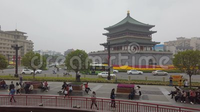 XI'AN, CINA - 21 aprile 2019: Vista del campanile vicino di Xi'an di traffico stock footage