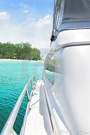 Free Yacht And Island Royalty Free Stock Photos - 6692478