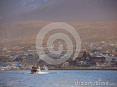 Yacht i den Ushuaia fjärden Redaktionell Arkivbild