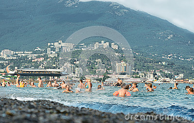 Yalta, crimée, plage de bord de la mer. les gens se baignent en mer