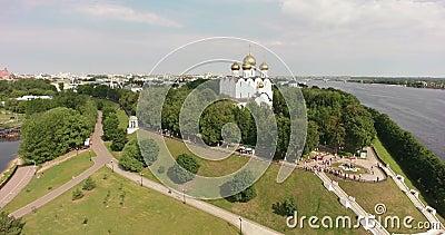 Yaroslavl, Rusia Parque Strelka, Monumento 1000 años Yaroslavl y Catedral de la Asunción, aéreo, vuelo almacen de video