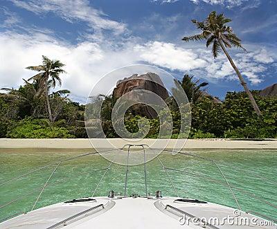 Yate y playa tropical de la isla del paraíso.