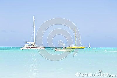 Yates de la navegación en el mar del Caribe azul