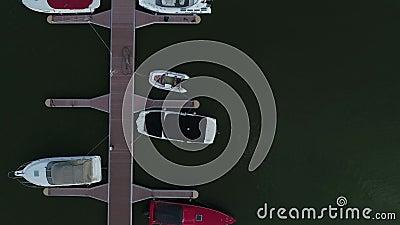 Yates de lujo con vistas aéreas del río amarrados en la bahía atardecer o amanecer, los rayos del sol iluminan los botes de forma metrajes