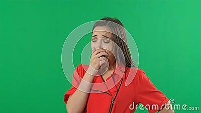 Yawning Girl in green screen background Ung småföretagare Bilder med kromatnyckel lager videofilmer