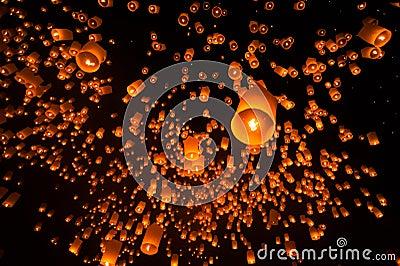佛教��.d9�c9��i)�aj_浮动灯笼在yee彭节日,对菩萨的佛教浮动灯笼在sansai区,清迈,泰国.