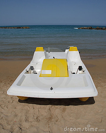 Free Yellow And White Pedalo Stock Photography - 7143192
