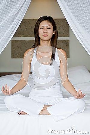 Yoga auf Bett
