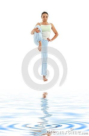 Yoga che si leva in piedi sulla sabbia bianca #3
