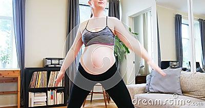 Yoga de pratique de femme enceinte dans le salon clips vidéos