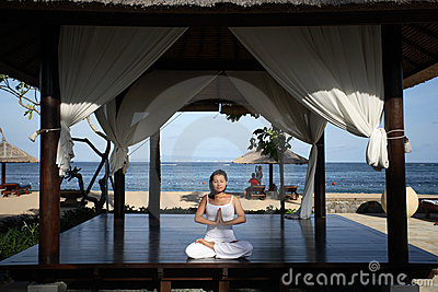 Yoga in einem Gazebo