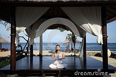 Yoga in einem Gazebo
