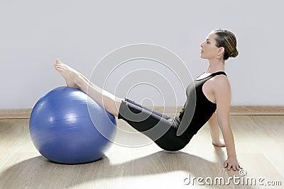 Yoga för kvinna för stabilitet för pilates för bollkonditionidrottshall