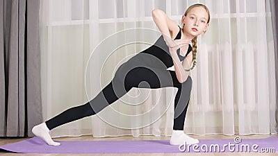 Yoga-Mädchen, die Utthita Parsvakonasana praktizieren, zu Hause Fit Girl Training Yoga asana Frontkamera Fitness-Blogger stock footage