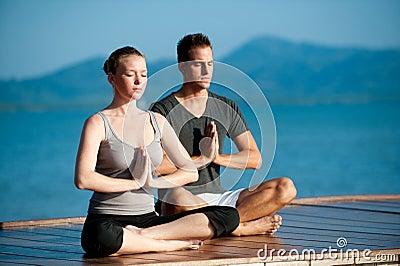 Yoga-Paare durch Ocean
