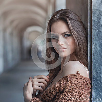 Free Young Beautiful Brunette In Fashionable Clothes Near The Wall Royalty Free Stock Photo - 97058195