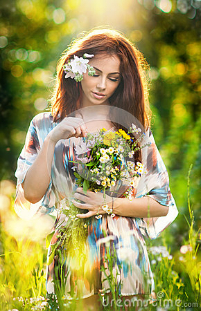 Free Young Beautiful Red Hair Woman Holding A Wild Flowers Bouquet In A Sunny Day. Portrait Of Attractive Long Hair Female With Flowers Royalty Free Stock Photography - 43395027
