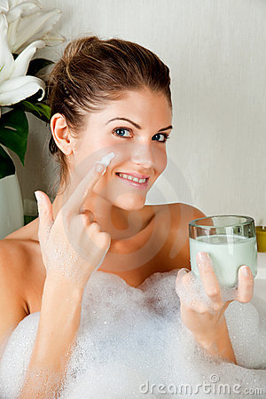 Free Young Beauty Woman In The Bath Using Face Mask Stock Photos - 13538063
