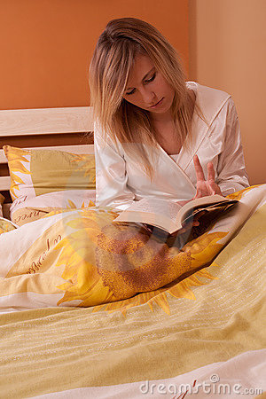 Free Young Blond Woman Reading Book In Bed Royalty Free Stock Photo - 14387715