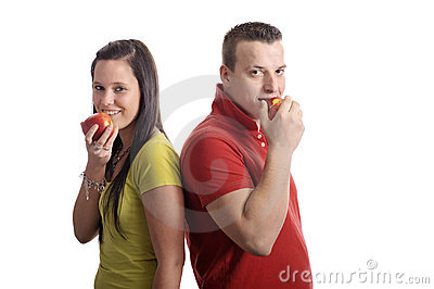 Young couple eating an apple