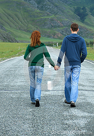 Free Young Couple Walking Road Royalty Free Stock Images - 38322249