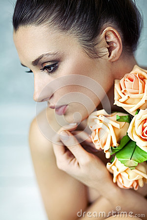 Young lady keeping roses