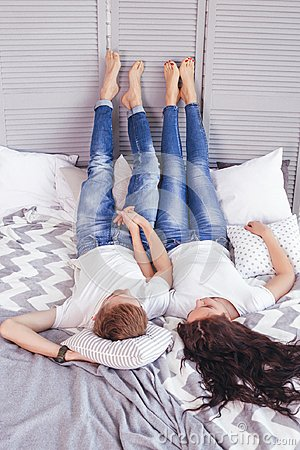 Free Young Loving Couple In The Bed Royalty Free Stock Photos - 116623418