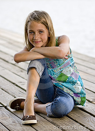 Free Young Tween Girl Kneeling On A Dock. Royalty Free Stock Photos - 15842648
