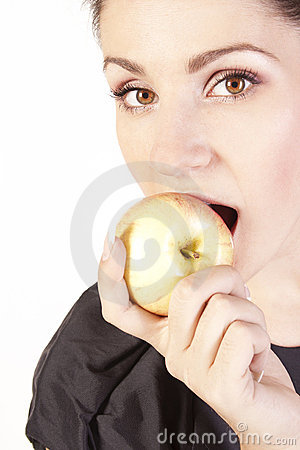Young woman eating apple
