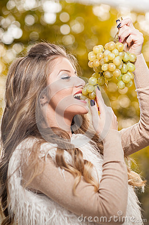 Free Young Woman Eating Grapes Outdoor. Sensual Blonde Female Smiling Holding A Bunch Of Green Grapes. Beautiful Fair Hair Girl Stock Image - 46842751