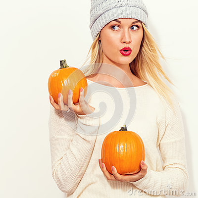 Free Young Woman Holding Pumpkins Stock Photography - 99127882