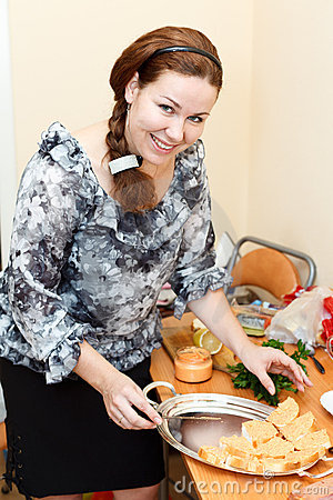 Young woman preparing sandwiches