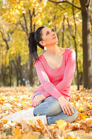 Young woman rest in the autumn park