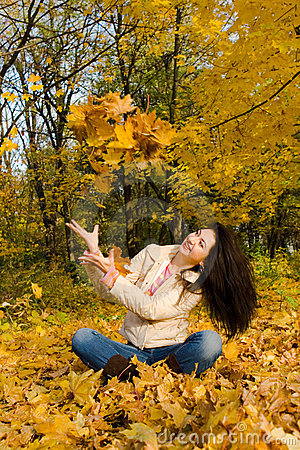 Free Young Women Rest On The Autumn Leaf Royalty Free Stock Photography - 6975317