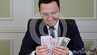 Zło zadowolony biznesowy odliczający pieniądze zbiory