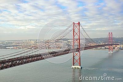 Złoci wrota przerzucają most w Lisbon