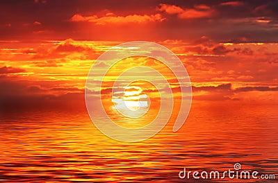 Złoty ocean czerwonym wschód słońca