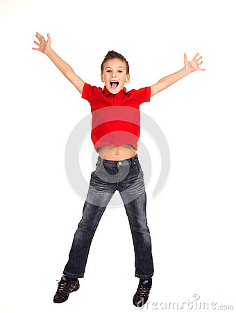 Z nastroszony nastroszonymi rękami chłopiec szczęśliwy doskakiwanie